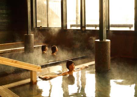 潮風を感じながらゆったりと寛ぐ露天風呂と多彩な湯舟で湯めぐりを。